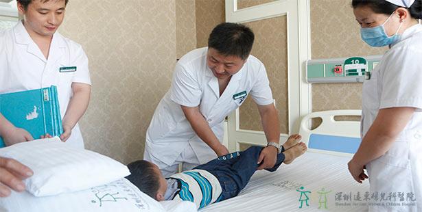 儿外科的专家们为小朋友进行简单身体检查