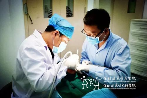 林大爷正在接受种植牙术前检查