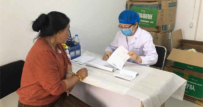 妇科医生在为藏民义诊