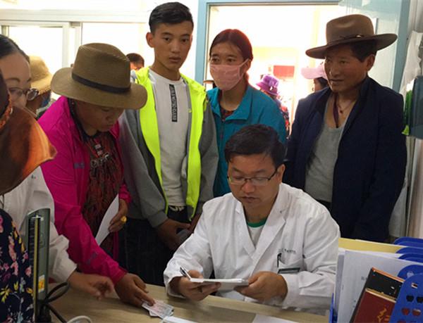 医疗队长陈主任为藏民们义诊