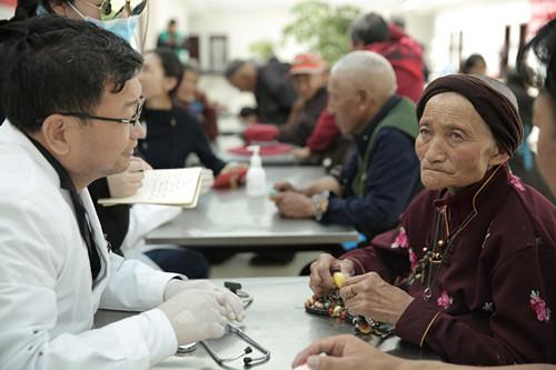 藏族老人曲尼旺姆在做检查后认真听取医疗队的建议