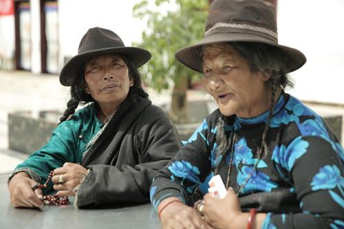 藏族老人罗松日林在跟医疗队交流