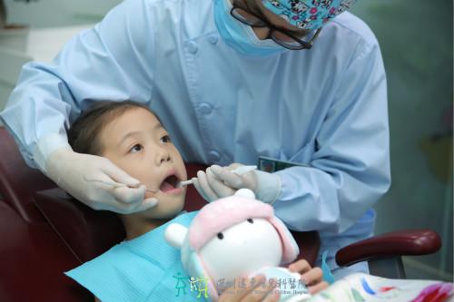 儿童涂氟防蛀牙