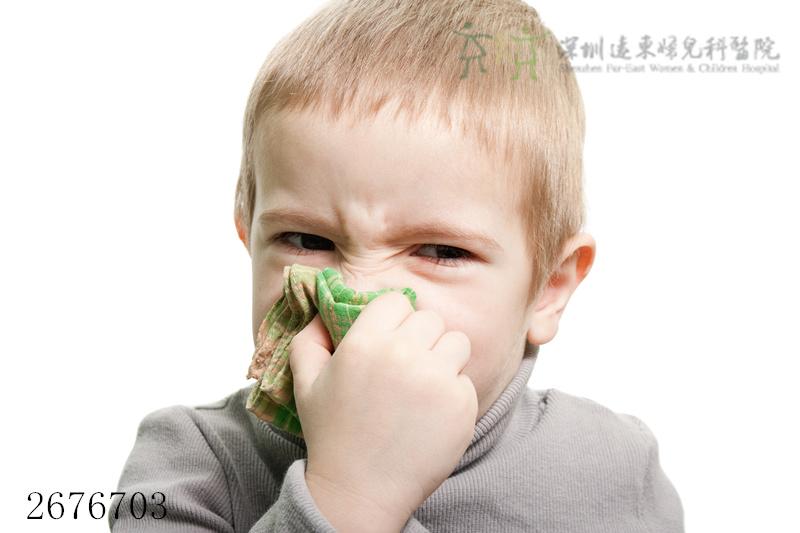 男孩擤鼻涕